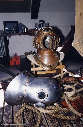 Dykning med middelalder udstyr ved Søværnets Dykkerskole 1998